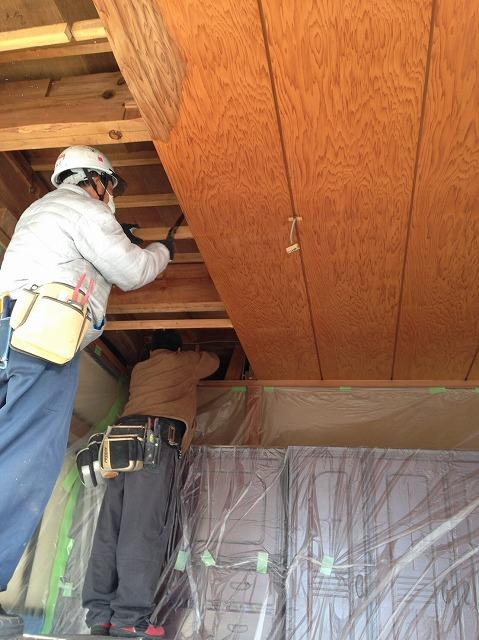 天井張り替え作業風景